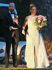 erika christensen wedding dress parenthood s erika christensen marries cyclist cole maness