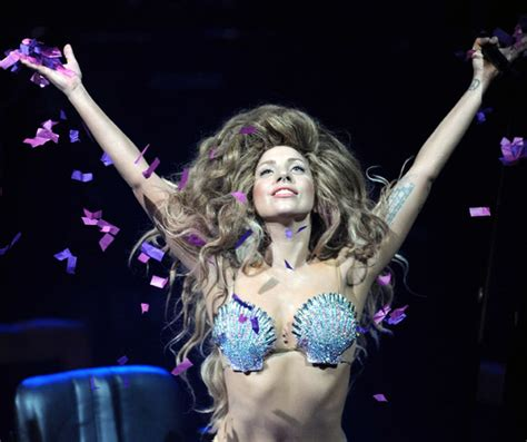imagenes hot lady gaga lady gaga debuts artpop at itunes festival in a shell