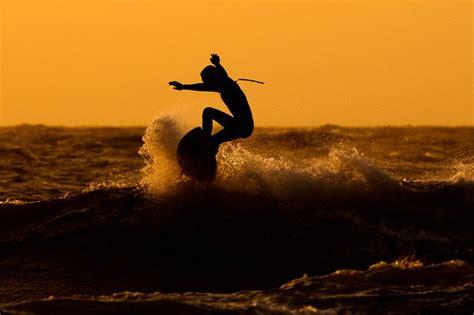 surfen zeeland surfen in het avondlicht zeelandnet foto