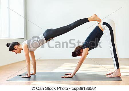 imagenes de yoga para dos yoga doble joven perro asana dos hacia abajo