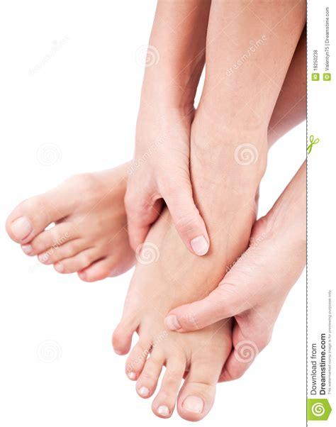 imagenes libres masajes mujer que da masajes a sus pies fotos de archivo libres