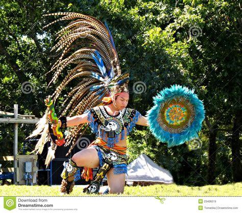 imagenes de trajes aztecas para hombres hombre joven azteca imagen de archivo editorial imagen de