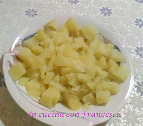 cucinare patate lesse patate lesse al microonde in cucina con
