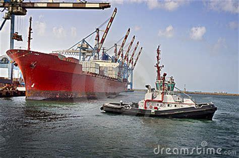 tugboat work tugboat at work royalty free stock images image 8646249