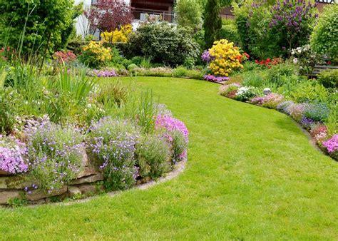 foto giardino progettare un giardino rustico pieno di colori e calore