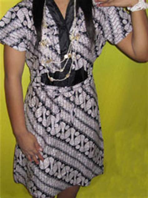 Atasan Blouse Batik Lonceng Parang Daun motif parang dan perpaduan warna putih