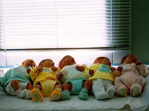mancato pagamento alimenti madre scopre che le sue gemelle hanno due padri diversi