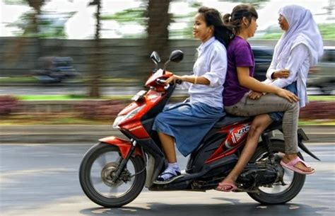 6 tingkah unik cewek di indonesia kalau lagi naik motor apa kamu masuk salah satunya paling