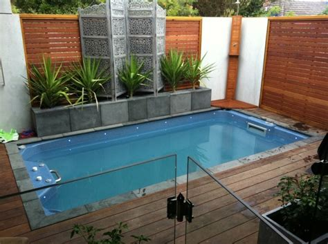 small garden pool ideas una piscina peque 241 a en el patio trasero un gran capricho