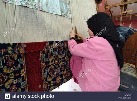 fabbrica tappeti bambini al lavoro rendendo i tappeti sponsorizzato dal