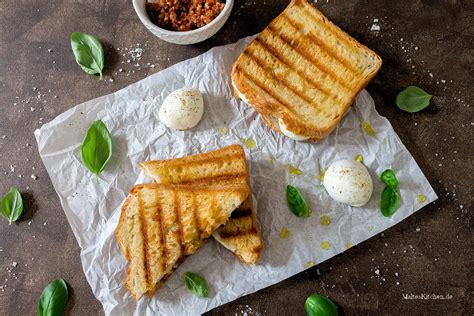 Sandwich Pizza Mozarella Sandwich Mit Rotem Pesto Mozzarella
