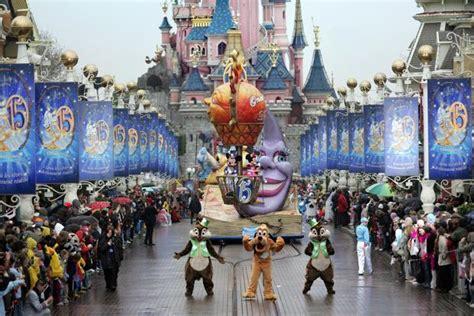 theme parks in paris disney to back paris theme park s 1 25 billion
