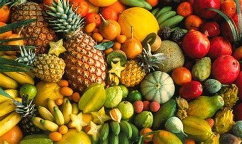 semangat setiap hari  memakan buah lokal