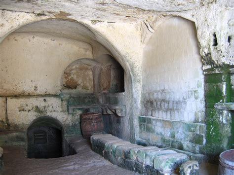 cave shelves file imgmater 1768 casa grotta matera jpg wikimedia