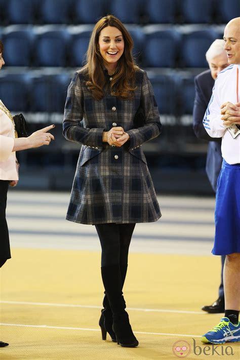 Kate Middleton con un abrigo de cuadros y botas altas   Looks premamá de la Duquesa de Cambridge