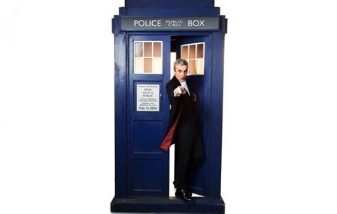 I Tardis Doctoriphone Semua Hp обои взгляд doctor who tardis актер capaldi белый фон двенадцатый доктор мужчина