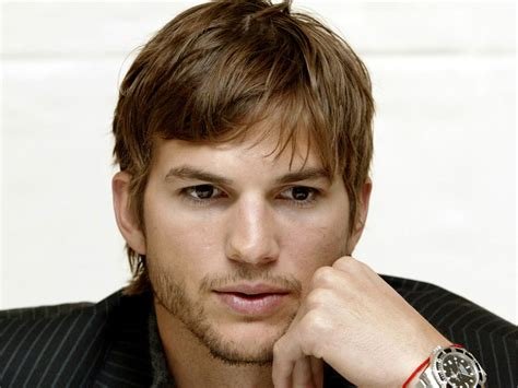 with ashton kutcher ashton kutcher en flic maladroit zoom cinema fr