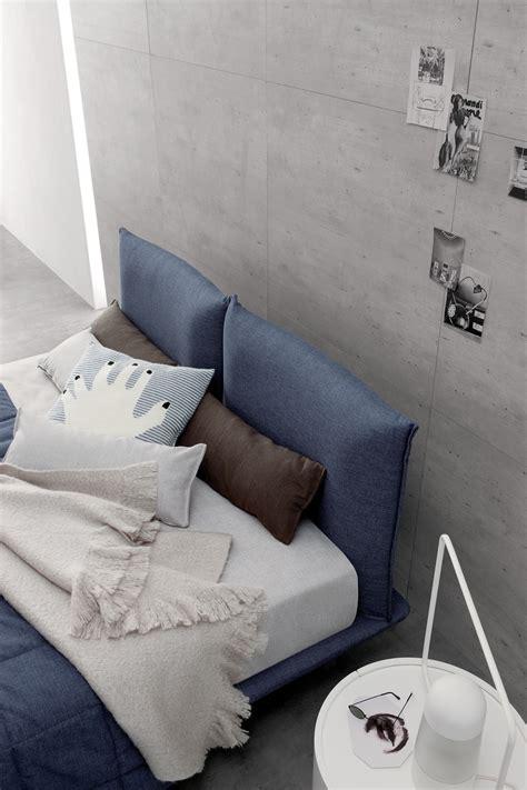 dormire abbracciati al cuscino emejing abbracci a letto ideas acrylicgiftware us