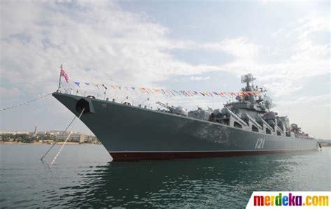 film perang rusia terbaru foto aksi kapal perang rusia tembakkan rudal di perairan