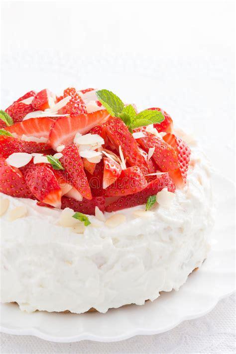 kuchen mit rhabarber und erdbeeren kuchen mit der schlagsahne und erdbeeren vertikal