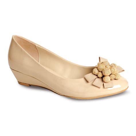 flv557 beige patent wedge shoe