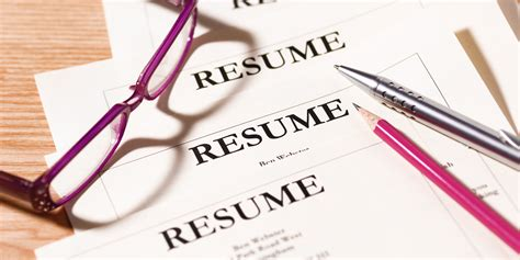 what do and don t recruiters look for in a resume at glance huffpost