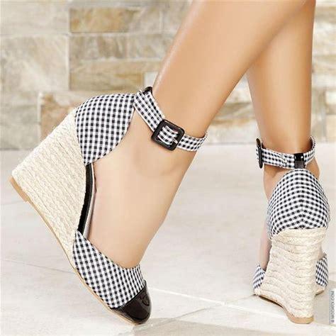 dolgu topuklu ayakkabi yeni moda modeller yeni moda modeller siyah beyaz ekoseli kumaş hasır dolgu topuklu ayakkabı