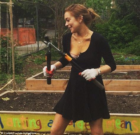 Lindsay Lohan Is Actually Wearing A Bra by Lindsay Lohan Flashes Bra In Skimpy Dress As She Does