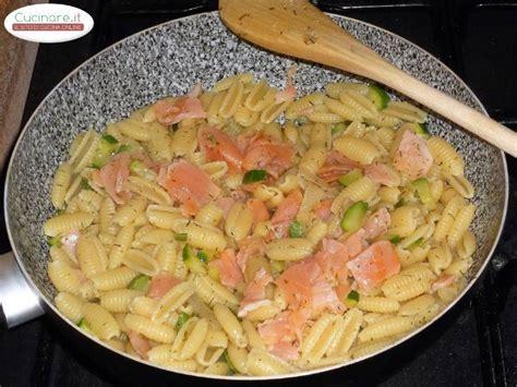 cucinare salmone affumicato gnocchetti sardi con salmone affumicato zucchine e aneto