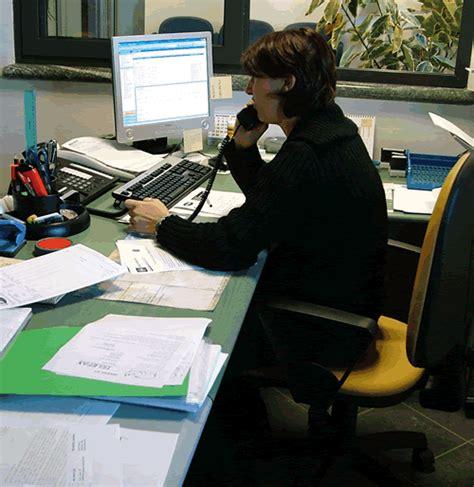 segretaria in ufficio risparmiare con la segretaria virtuale guadagno