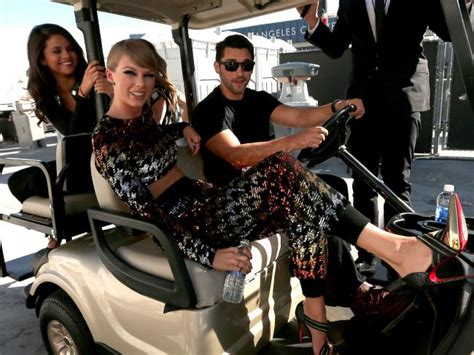 Vma Red Carpet Photos by Vmas 2015 Taylor Swift Assembles Bad Blood Squad On
