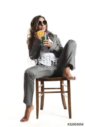 seduta a gambe aperte quot donna seduta su sedia a gambe aperte con bicchiere in