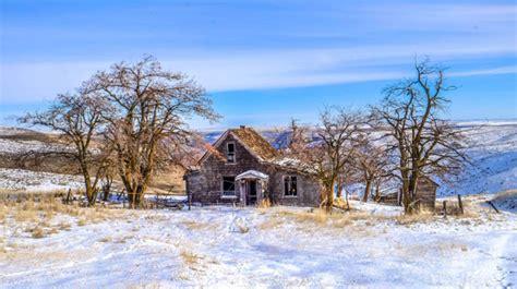 wallpaper salju biru tua rumah misterius di tengah pemandangan indah ini akan bikin