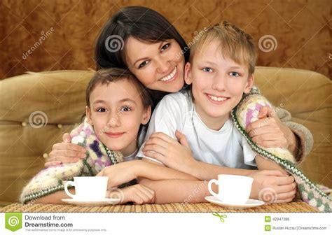 mama es cojida por sus dos hijos madre bonita con sus hijos foto de archivo imagen 42947386