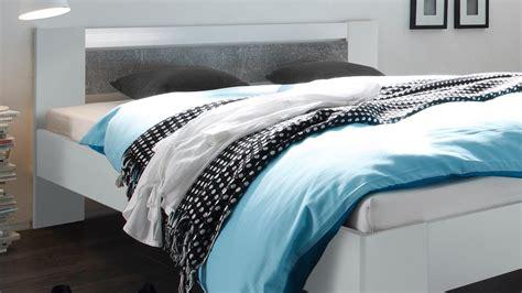 bett 140x220 mit matratze bett futonbett wei 223 und beton mit rollrost und