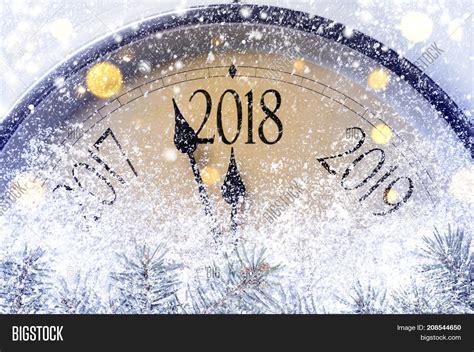 new year 2018 lasts how countdown midnight retro styleの画像 写真 bigstock