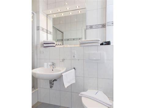 Kleines Bad Dusche Vorm Fenster by Bad Dusche Vorm Fenster Raum Und M 246 Beldesign Inspiration