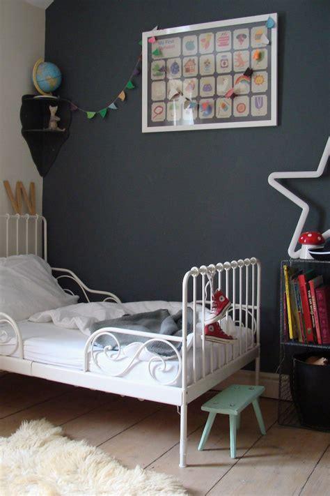 chambre pour enfant mur gris fonce
