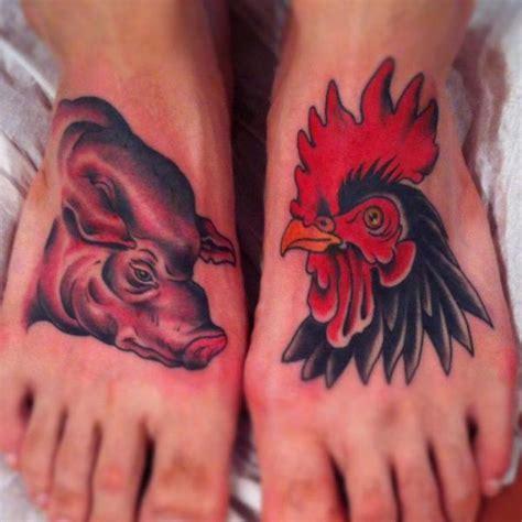 tattoo old school pig tatouage pied porc coq par pioneer tattoo