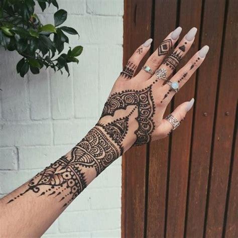 cet 233 t 233 adoptez les tatouages au henn 233 sans mod 233 ration