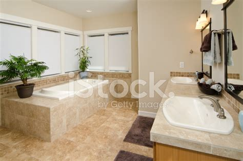bagno con vasca incassata bagno moderno con vasca da bagno incassata fotografie