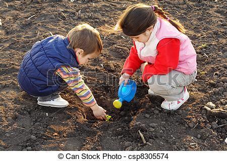 imagenes niños sembrando plantas stock de fotos poco ni 241 os co sembrar planta