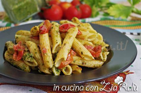 pasta e sedano pasta al pesto di sedano e pomodorini in cucina con zia ral 249