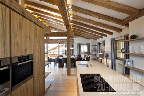 Beleuchtung Offene Holzbalkendecke by Behagliches Landhaus Mit Wellnesskeller Schwimmbad Zu