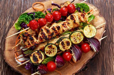 Le Grillé Kebab kebab pollo con le verdure grigliate sul bbq immagine
