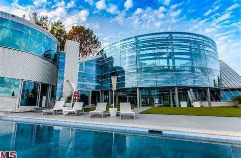justin bieber rents glass house for 60k month