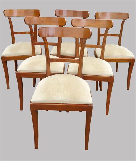 six chaises en merisier de style classique mais contemporaines