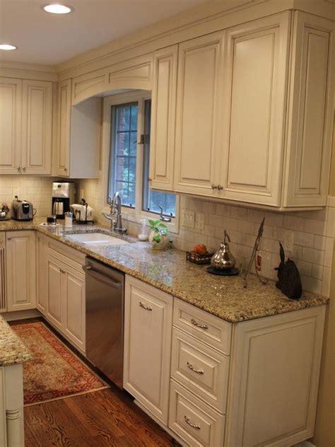 kitchen backsplash ideas with cream cabinets 25 best ideas about cream cabinets on pinterest cream