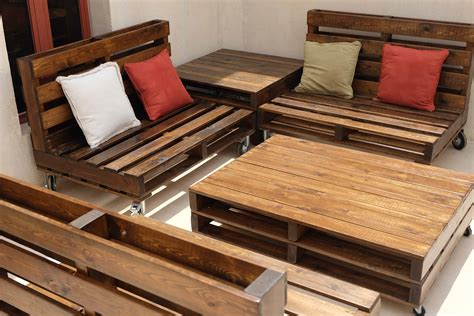 mobile pallet lounge set creates beautiful outdoor living