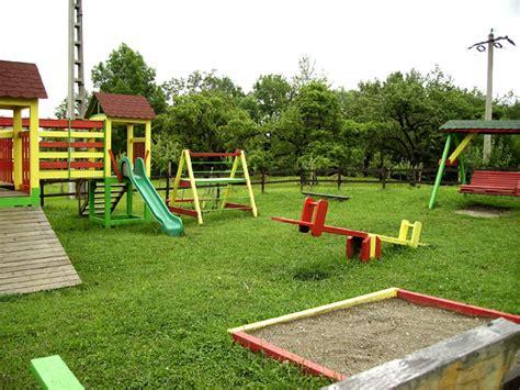 giochi per parchi e giardini montaggio di un parco giochi per bambini in giardino